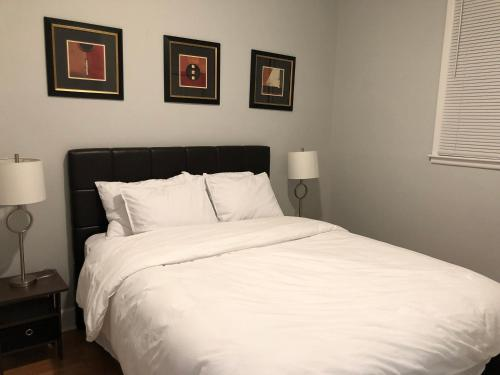A bed or beds in a room at Newly renovated cozy house in south Nashville