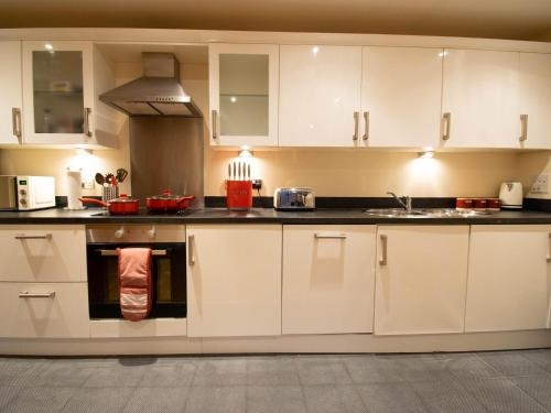 A kitchen or kitchenette at Plaza Suite
