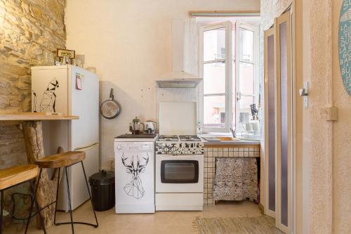 A kitchen or kitchenette at Apartment in the heart of Old Lyon