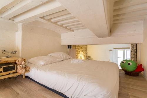 A bed or beds in a room at Apartment in the heart of Old Lyon