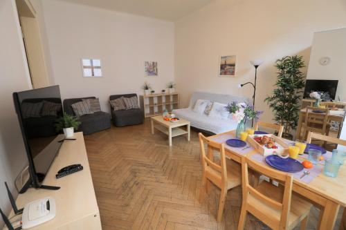 Ein Restaurant oder anderes Speiselokal in der Unterkunft Apartments next to Old Town Square by RENTeGO