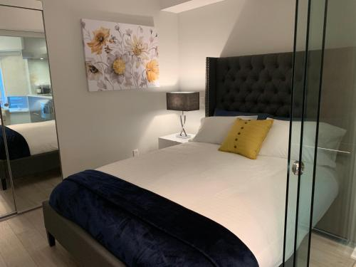 A bed or beds in a room at Jet Furnished Suites Yorkville