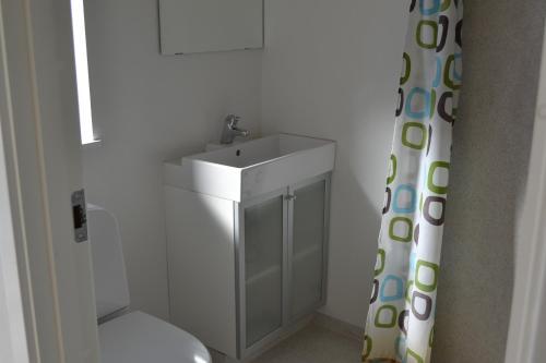 A bathroom at Nørager Apartments