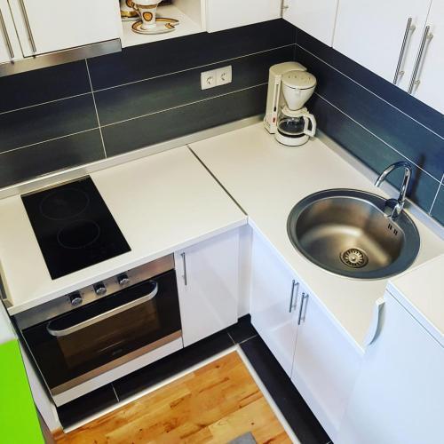 A kitchen or kitchenette at Apartman TreRE