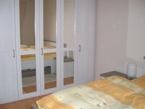 A bed or beds in a room at Ferienwohnung Hannah