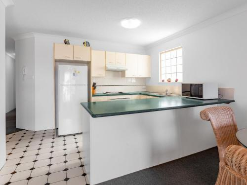A kitchen or kitchenette at Emerald Shores Unit 6, 8 Orvieto Terrace, Kings Beach