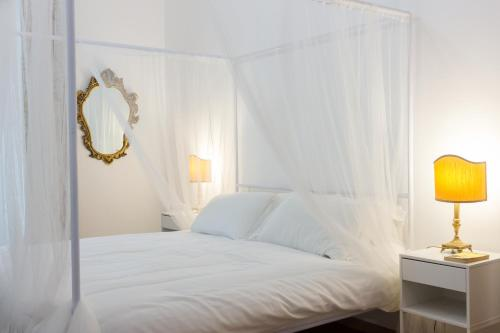 A bed or beds in a room at Imperial Apartments Milano - Suite Garibaldi