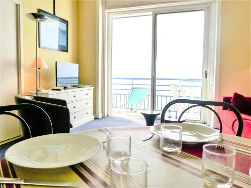 Ein Restaurant oder anderes Speiselokal in der Unterkunft Apartment La Pergola.2