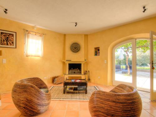 A seating area at Holiday Home L'Oustaou dei Figo
