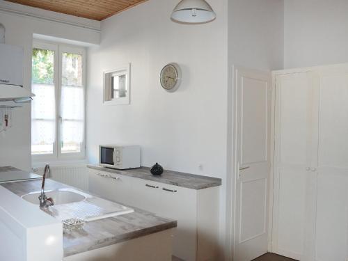 Cuisine ou kitchenette dans l'établissement Holiday Home Le Logis du Chateau