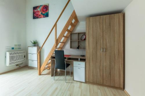 A kitchen or kitchenette at Mendel Square Apartments