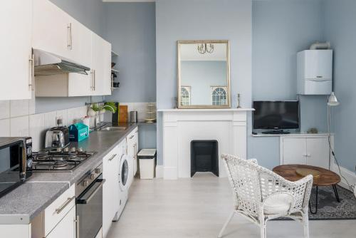 A kitchen or kitchenette at Cosy 3 Bed Sleeps 8 in Fulham 15 mins to Station