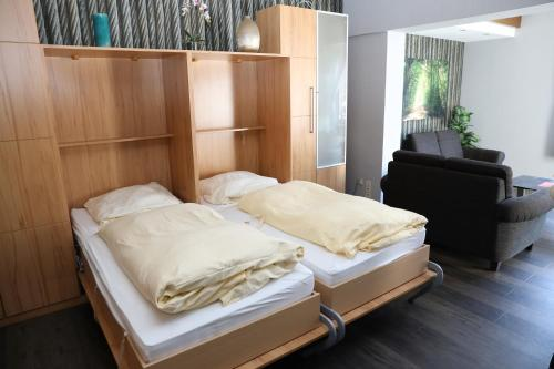 A bed or beds in a room at Appartementhaus Vierjahreszeiten