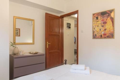 """Ένα ή περισσότερα κρεβάτια σε δωμάτιο στο """"Enjoy Athens"""" apt w/ patio in Philopappou Hill"""