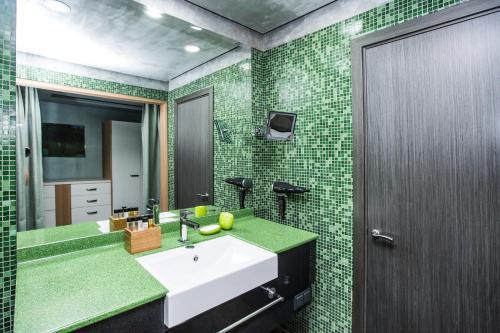 A bathroom at Garden Embassy Hotel