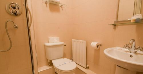 A bathroom at Ellis Quay Apartments