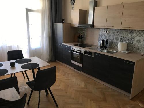 Kuchyňa alebo kuchynka v ubytovaní Apartman Jana