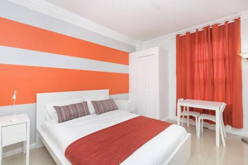 A bed or beds in a room at 437 Hotel Studio on the Hollywood Beach