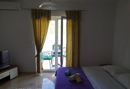 A bed or beds in a room at Apartmani Jopi