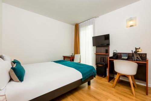 A bed or beds in a room at Aparthotel Adagio Access Paris Porte De Charenton