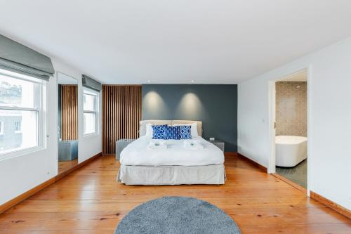 A bed or beds in a room at Mayfair 2 bedroom apartment with roof terrace