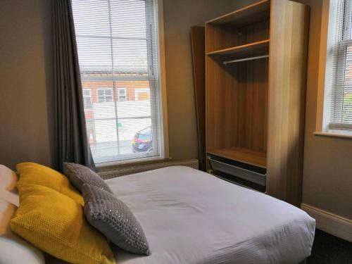 A bed or beds in a room at Avenue Apartment
