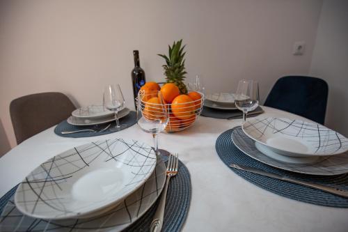 Ein Restaurant oder anderes Speiselokal in der Unterkunft New house near the city centre Pula