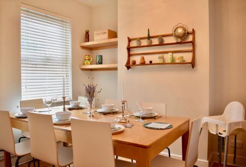 Ein Restaurant oder anderes Speiselokal in der Unterkunft 3 Bedroom House by William Clarke Park