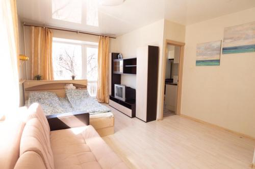 A bed or beds in a room at Apartment on Khomiakova 18