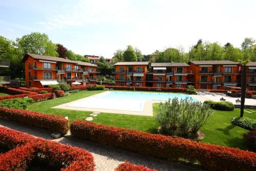 The swimming pool at or near Appartamento Lago maggiore