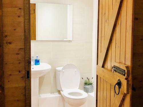 A bathroom at Honeypot House