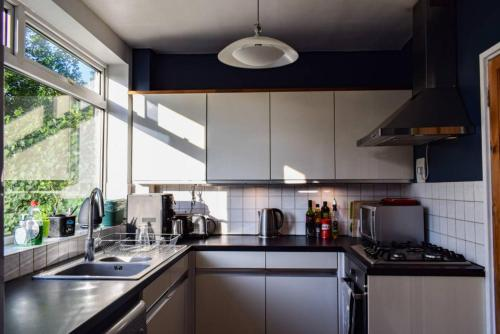 A kitchen or kitchenette at 3 Bedroom Home next to Greenwich Park