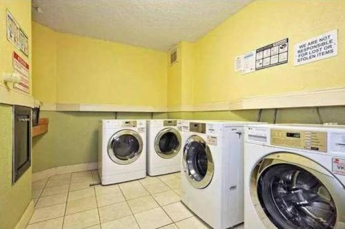 A kitchen or kitchenette at Lovely 2br/2 bath Hollywood Beach!!!