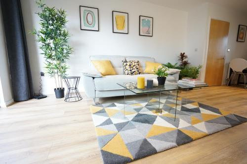 A seating area at Perfectly located stunning apartment