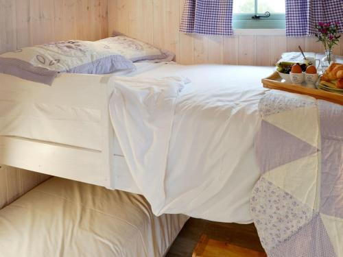 A bed or beds in a room at Hut 4-UK11306