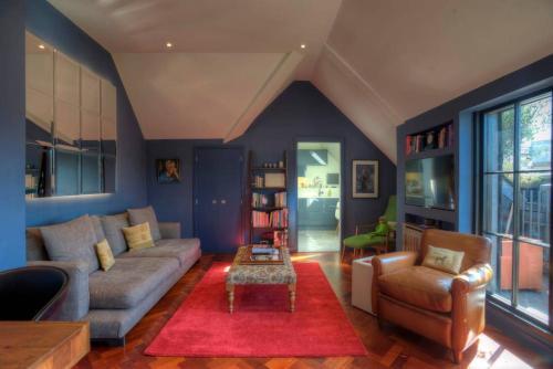 Uma área de estar em Luxury St Pauls Penthouse