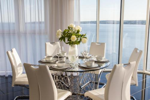 A restaurant or other place to eat at Meridian Quay - The Penthouse