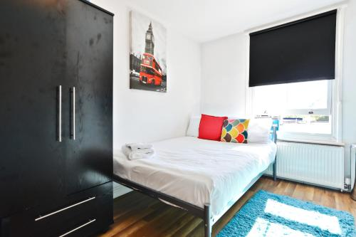 A bed or beds in a room at Self contained flats heart of Hendon