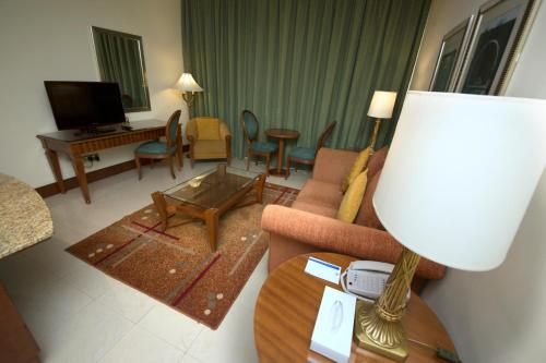 A seating area at Pearl City Suites By Gemstones