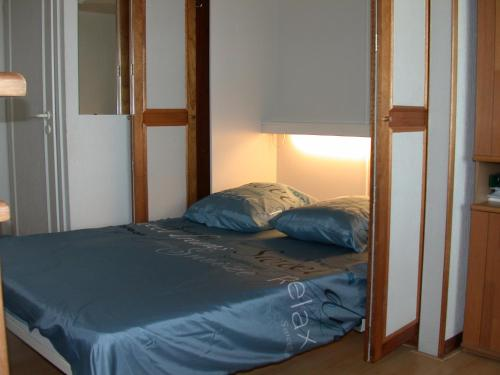A bed or beds in a room at Studio Zeezicht De Sloep Koksijde
