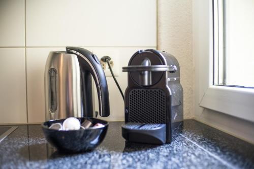 Utensilios para hacer té y café en Hof Apartments - by Keyforge
