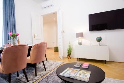 En tv och/eller ett underhållningssystem på The Flats Apartments - Naschmarkt