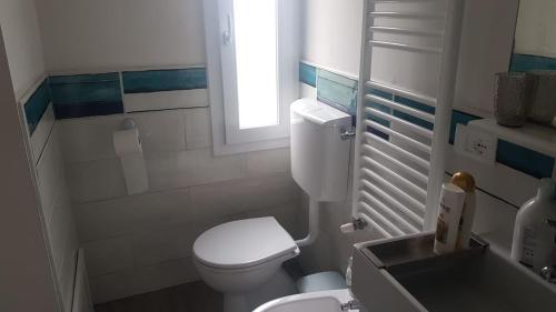 A bathroom at intero Bilocale da Antonio - free Wi-Fi