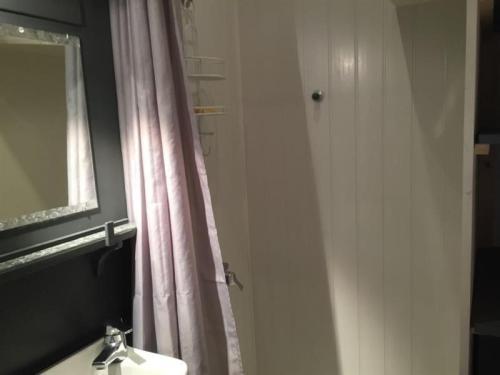 A bathroom at Apartment F2 proche de la gare avec jardin