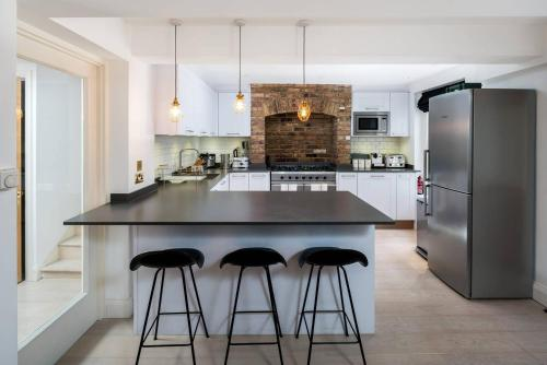 A kitchen or kitchenette at Stylish 3bed flat in Marylebone, by Regent's Park!