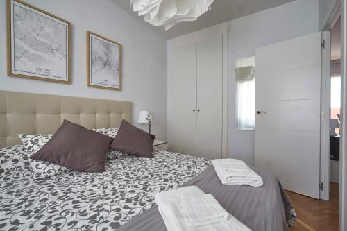 A bed or beds in a room at Terrace, Light filled Penthouse. Near Parque Berlin