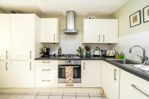 A kitchen or kitchenette at NEW Lovely 1 Bedroom flat in South East London