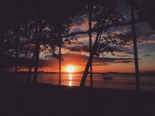 Soluppgång eller solnedgång från semesterhemmet