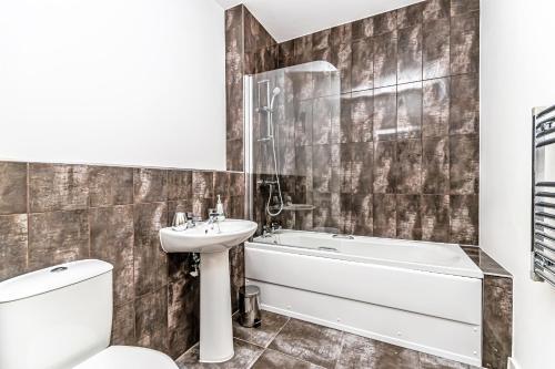 A bathroom at City Suites