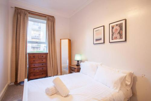 A bed or beds in a room at Stylish + Modern tenement flat close to City Centre